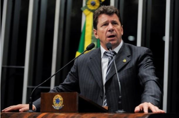 senador_ivo_cassol_na_tribuna_do_senado_27_02_2013_16_36